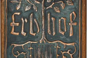 Tafel mit der Aufschrift Erbhof, einem Baum und dem Landeswappen Oberösterreichs