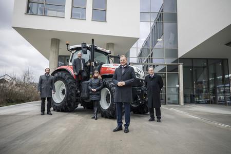 Teilnehmer der Pressekonferenz vor einem Traktor beim Gebäude der Fachhochschule in Steyr