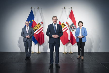 Agrar-Landesrat Max Hiegelsberger, Landeshauptmann Mag. Thomas Stelzer und LK OÖ Präsidentin LAbg. Michaela Langer-Weninger verkünden die Öffnung der landwirtschaftlichen Investitions-Förderung ab 1. Jänner 2021 als Teil des Oberösterreich-Plans